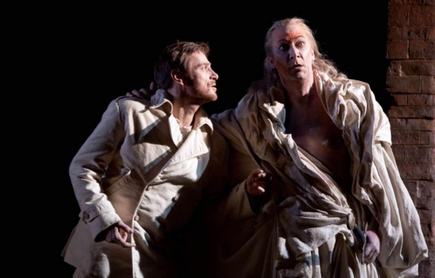 Simon Keenlyside et David Pittsinger dans la production du Metropolitan Opera du Hamlet d'Ambroise Thomas.