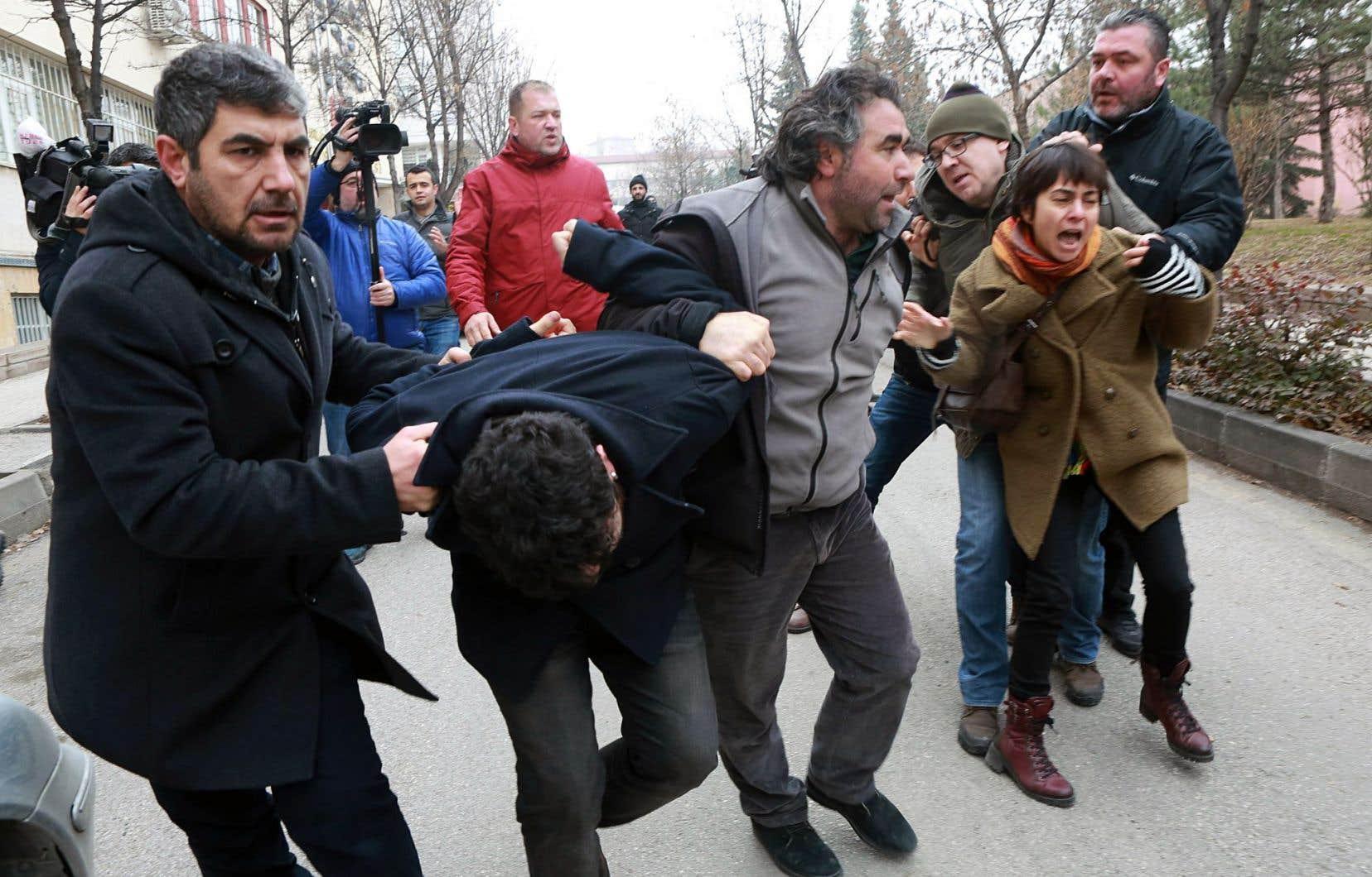Près de 4500 fonctionnaires, dont de nombreux universitaires réputés, ont été limogés cette semaine. La police est intervenue vendredi contre des manifestants rassemblés à Ankara pour soutenir ces universitaires.