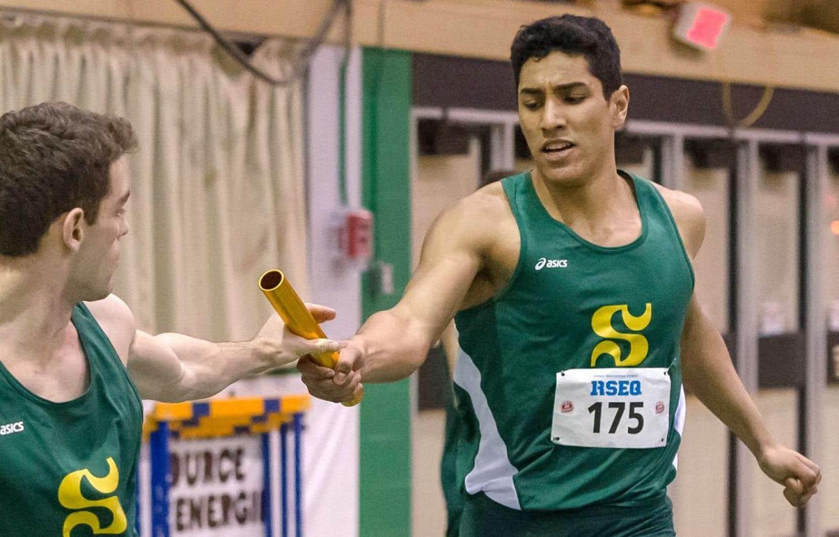 Yassine Aber (à droite)n'a pas pu accompagner son équipe du Vert & Or, de l'Université de Sherbrooke, à une compétition d'athlétisme à Boston.