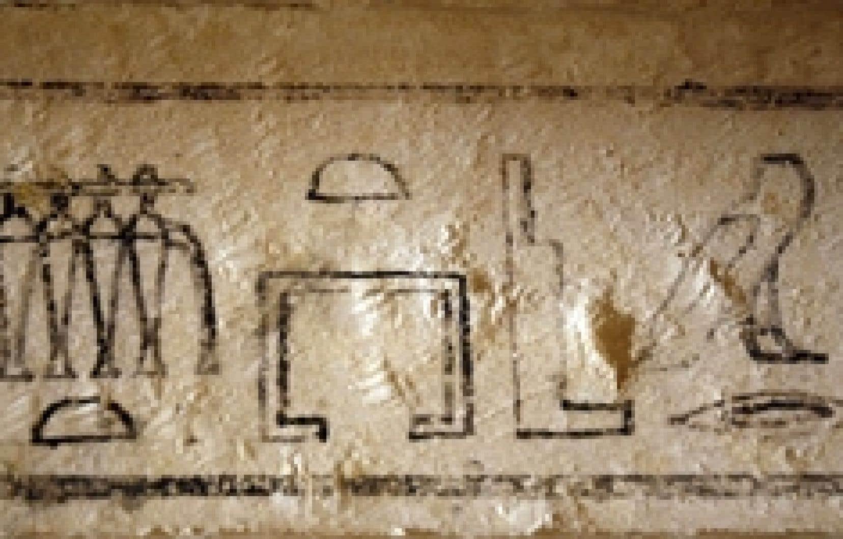 Une des tombes fait à peu près 1 mètre de large et 2,75 mètres de long, et une description de l'homme pour lequel elle a été construite, Yaamat, figure au-dessus de l'entrée.