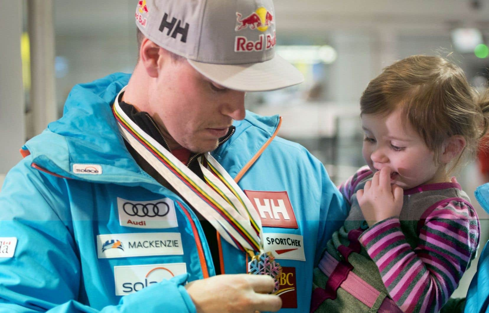 L'athlète de Mont-Tremblant est rentré lundi, accueilli par sa famille et des partisans.