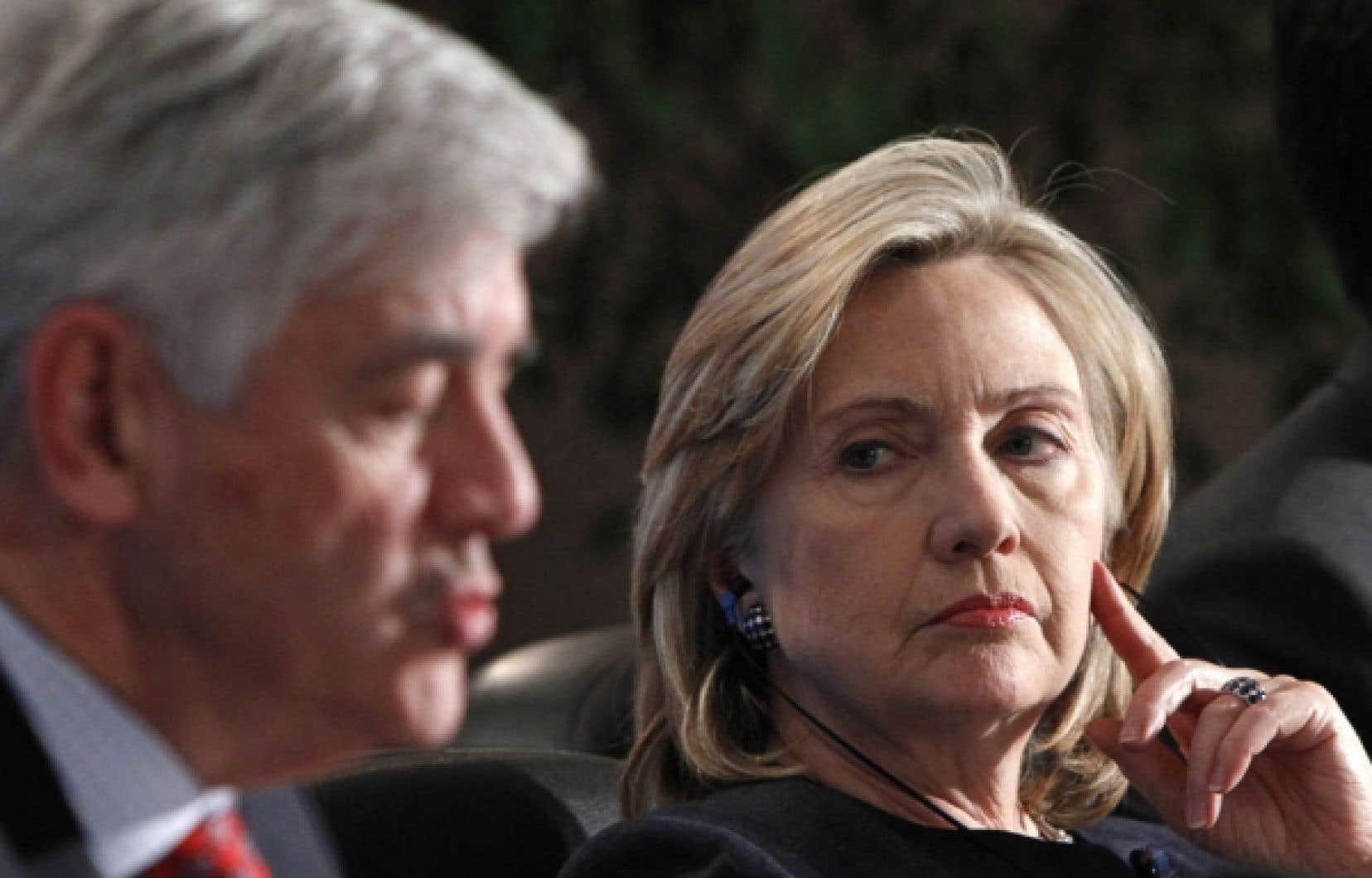 La secrétaire d'État américaine, Hillary Clinton, au côté de son homologue canadien, Lawrence Cannon, lors de la rencontre ministérielle du G8 qui s'est terminée hier à Gatineau.