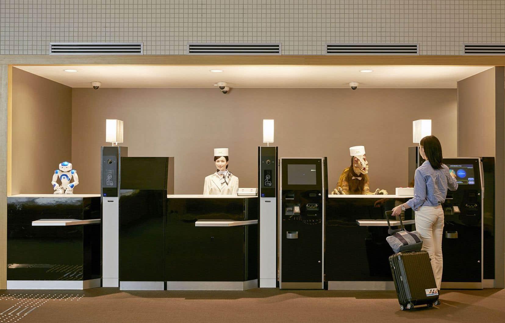 La réception de l'hôtel Henn-na, entièrement robotisé et situé en banlieue de Nagasaki, au Japon. Depuis l'année dernière, un androïde y accueille les voyageurs et un robot transporte leurs bagages. Aussi, adieu les clés de chambre, bonjour la reconnaissance faciale!