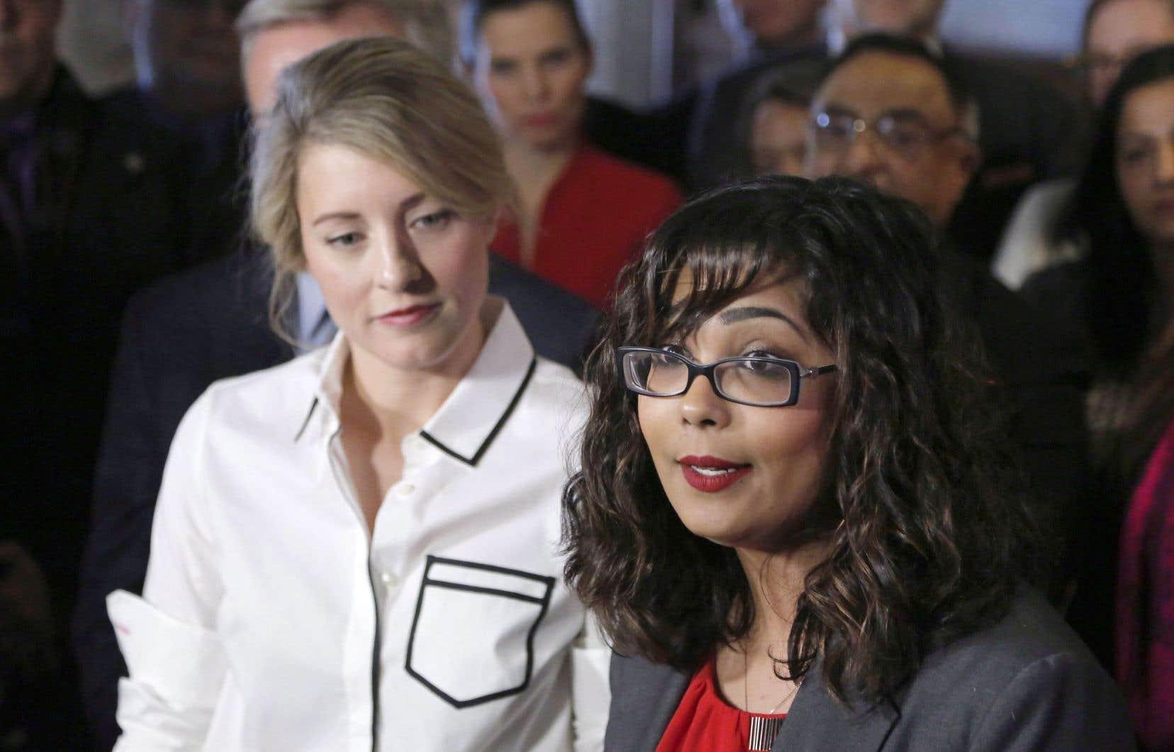 La ministre du Patrimoine, Mélanie Joly, et une soixantaine de ses collègues libéraux ont manifesté leur soutien à la députée Iqra Khalid, qui a déposé la motion contre l'islamophobie.