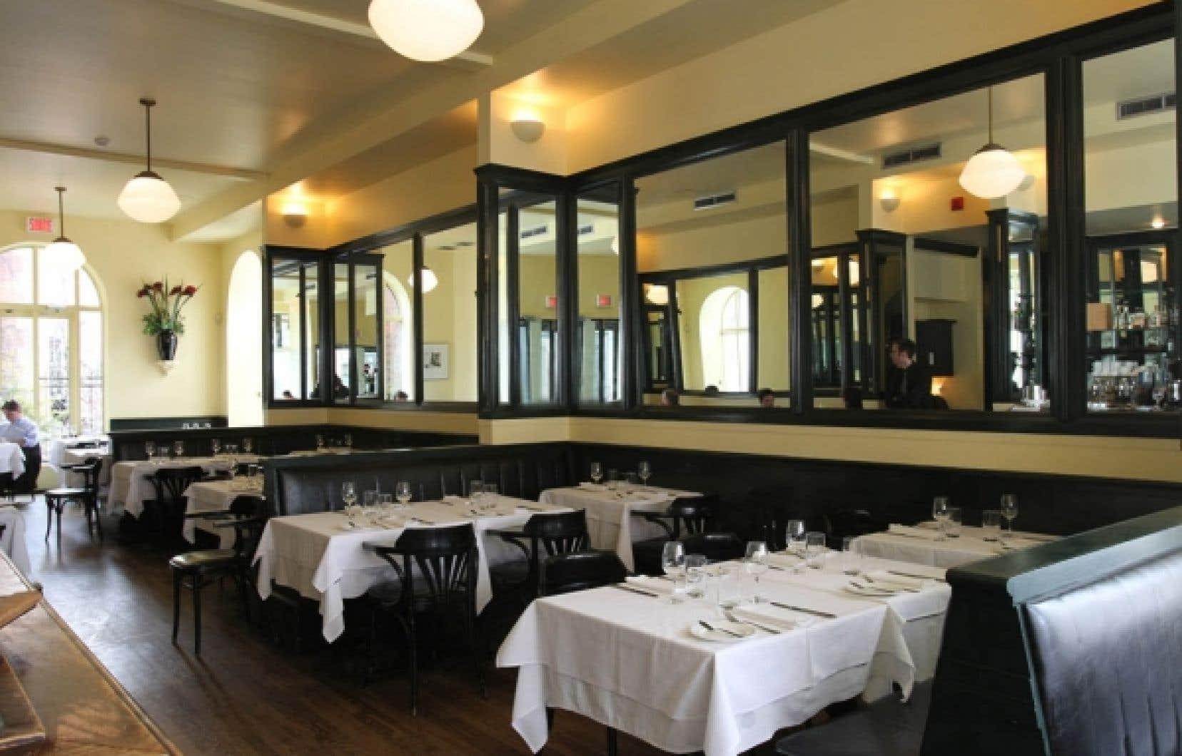 Au Restaurant Laloux, à Montréal, on rencontre autant des amoureux qui viennent y déclarer leur fidèle amour que des artistes ou des politiciens qui s'y installent discrètement.