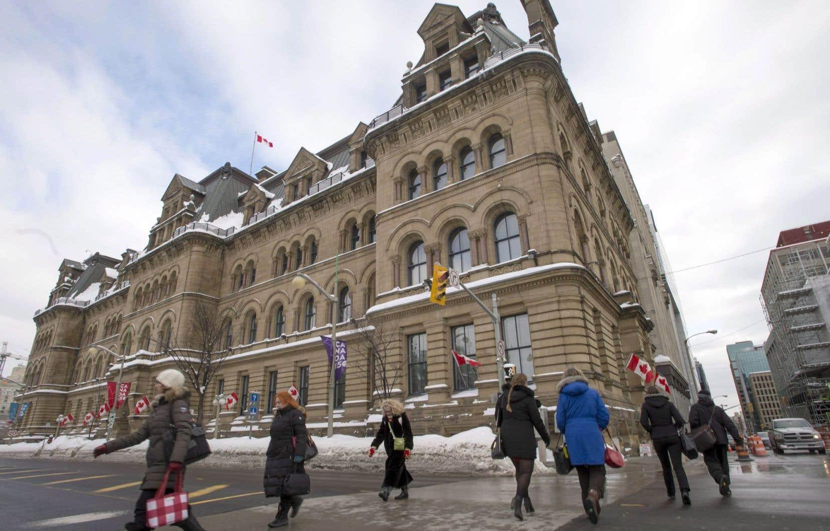 Les gens passent devant l'édifice Langevin le jeudi 16 février 2017 à Ottawa.