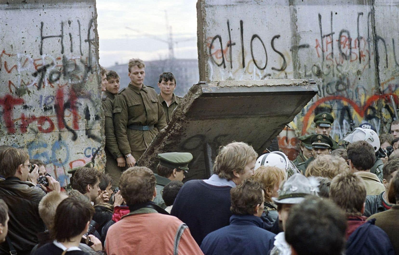 La chute du mur de Berlin en 1989 atteste la fin d'un cycle historique sanglant marqué par le choc d'utopies que l'historien anglais Eric Hobsbam a qualifié de «court XXesiècle».