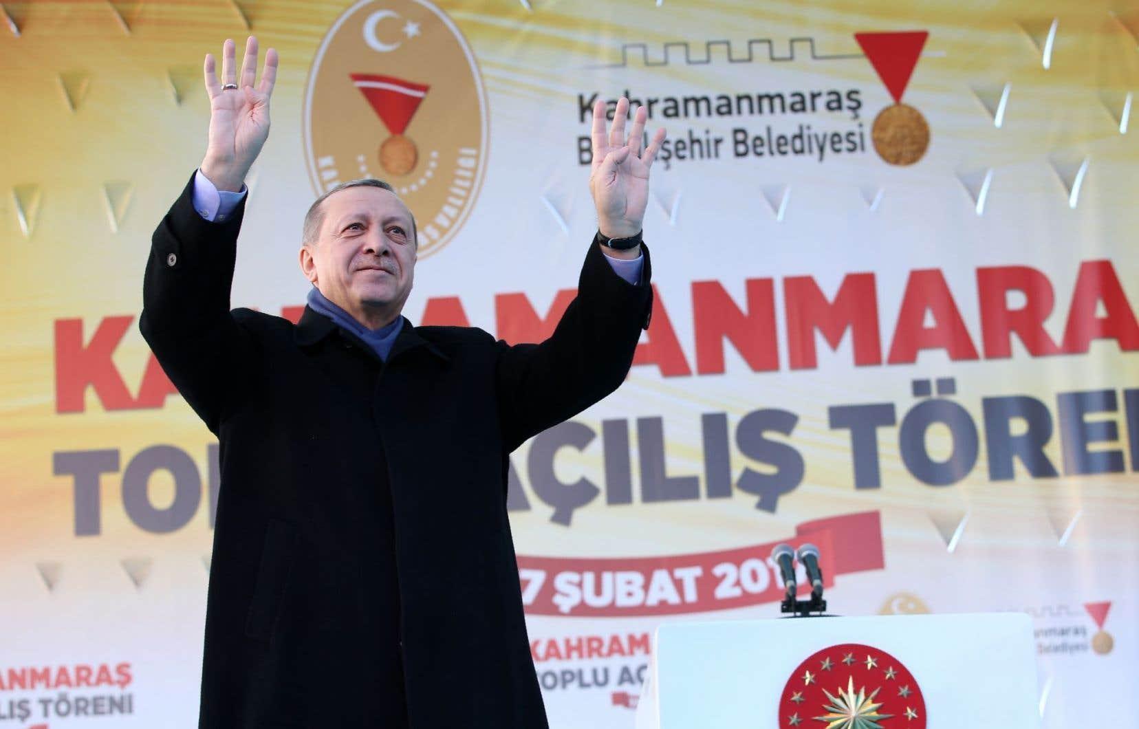 Alors que le scrutin s'annonce serré, M. Erdogan, réputé pour sa rhétorique de boxeur, tenait vendredi un rassemblement à Kahramanmaras, première étape d'une tournée dans une trentaine de provinces.