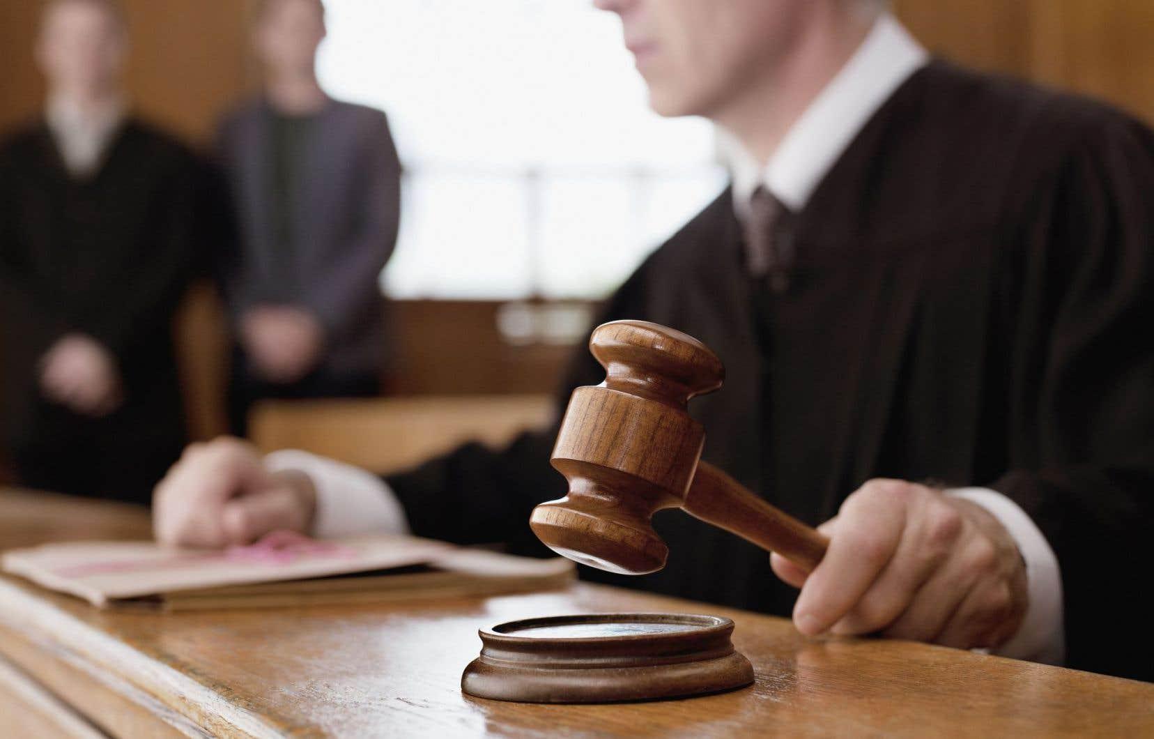 On ne comprend pas le désir de Charles Taylor de permettre aux juges de porter des signes religieux.