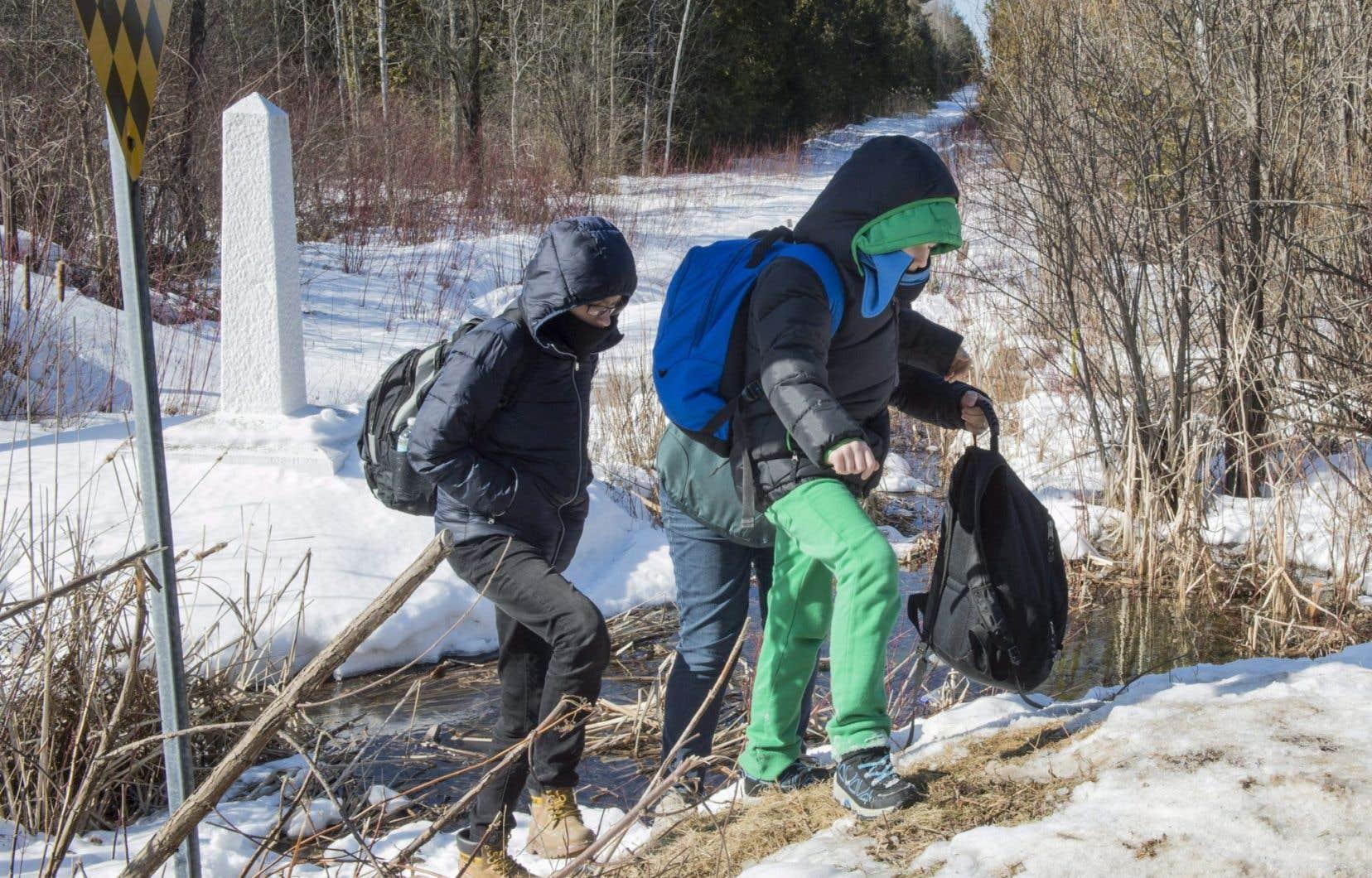 Depuis quelques jours, des dizaines de migrants tentent de traverser la frontière canado-américaine dans l'espoir de demander l'asile au Canada.