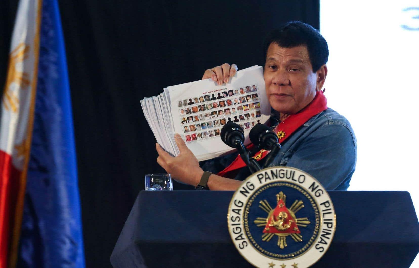 Amnistie internationale souligne l'impact délétère des «marchands de peur» que sont devenus certains chefs d'État, dont Rodrigo Duterte. Sur cette photo, le dirigeant philippin montre une liste de hauts placés du gouvernement qu'il lie au trafic de drogue.