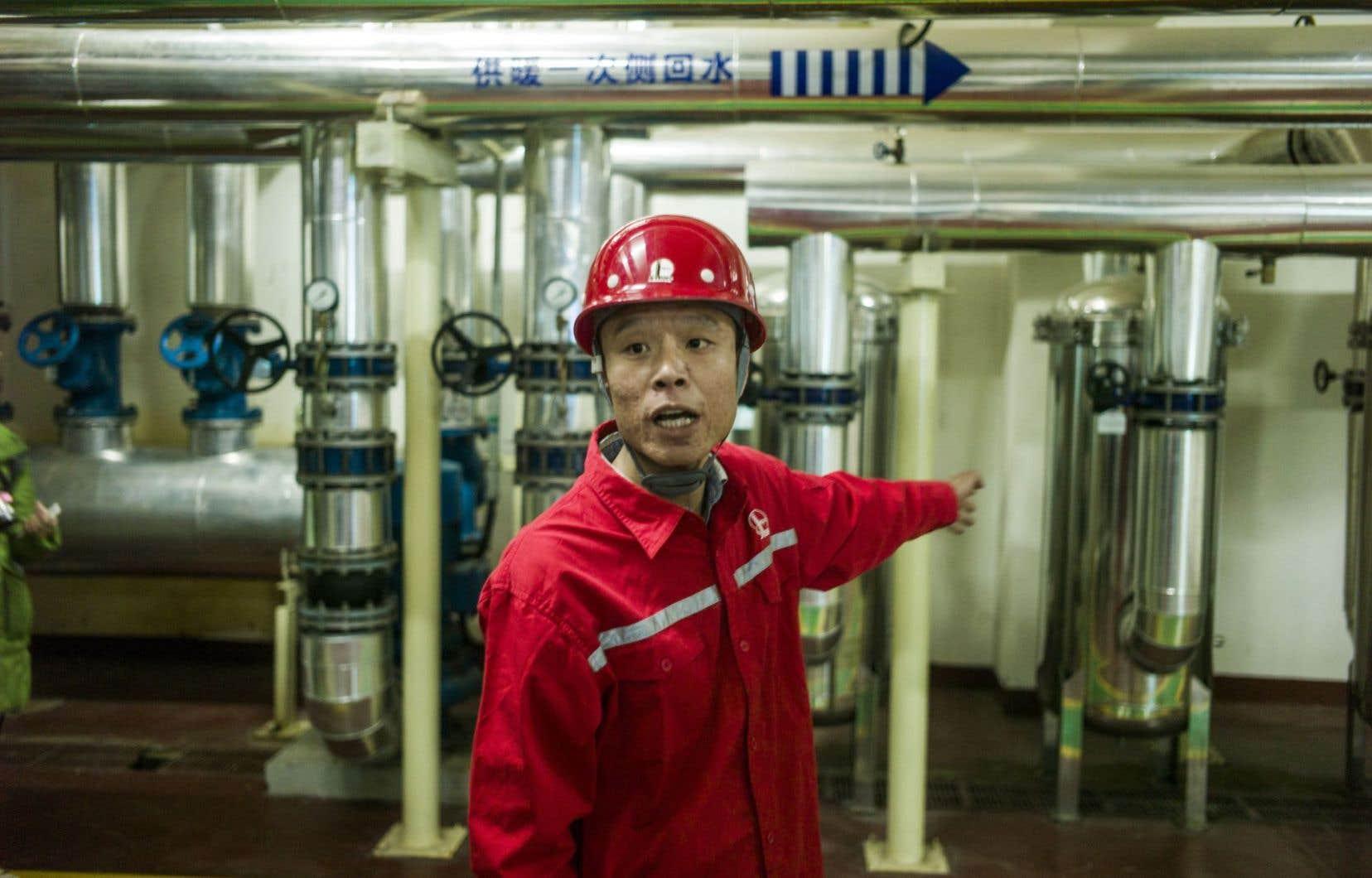 Un employé de la compagnie Sinopec explique le processus d'extraction de la chaleur du sous-sol.