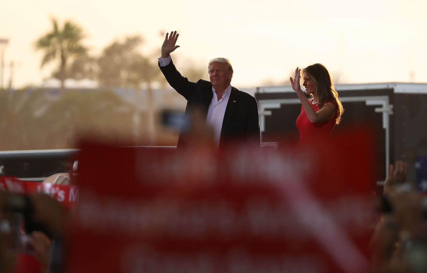 Le président américain, Donald Trump, avec sa femme Melania Trump lors d'un rassemblement en Floride, le 18 février.
