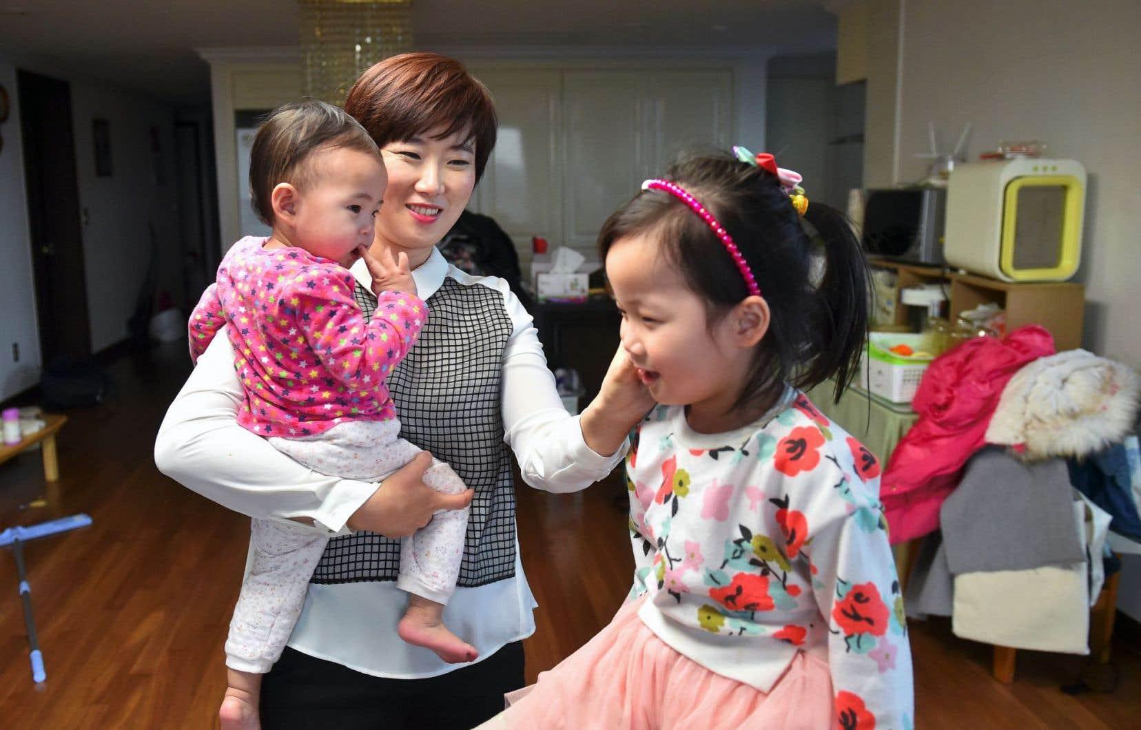 Kim Yu-Mi, ingénieure de 37ans mère de deux petites filles, fait partie de ces rares Sud-Coréennes à avoir saisi l'occasion d'un congé parental d'un an.