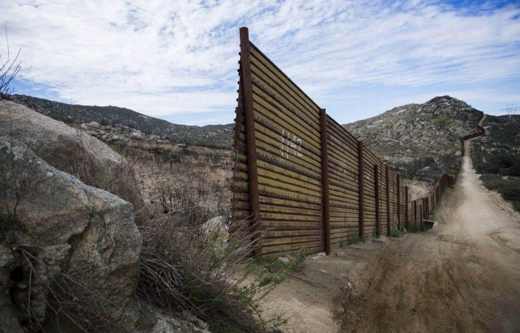 Donald Trump a signé un décret lançant la construction d'un mur anti-immigration de 1600km à la frontière mexicaine.
