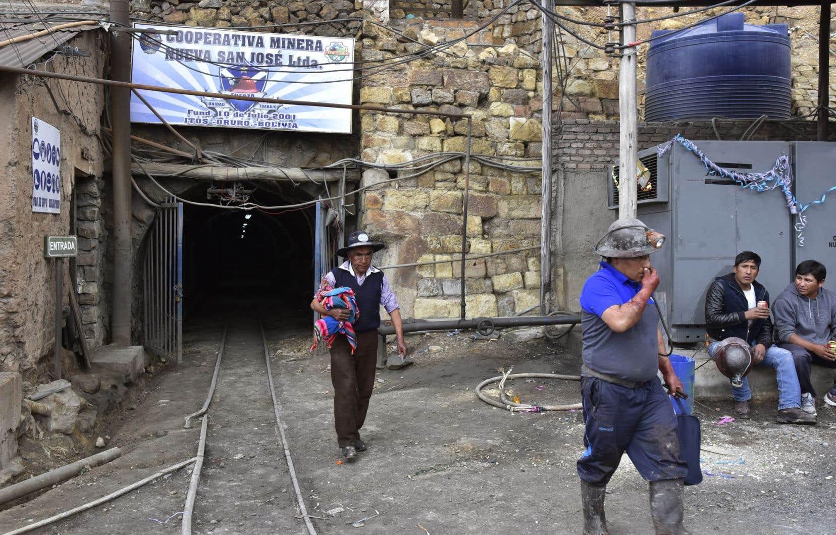 Des mineurs sortent d'un puits de la mine d'étain San José, près d'Oruro, en Bolivie.