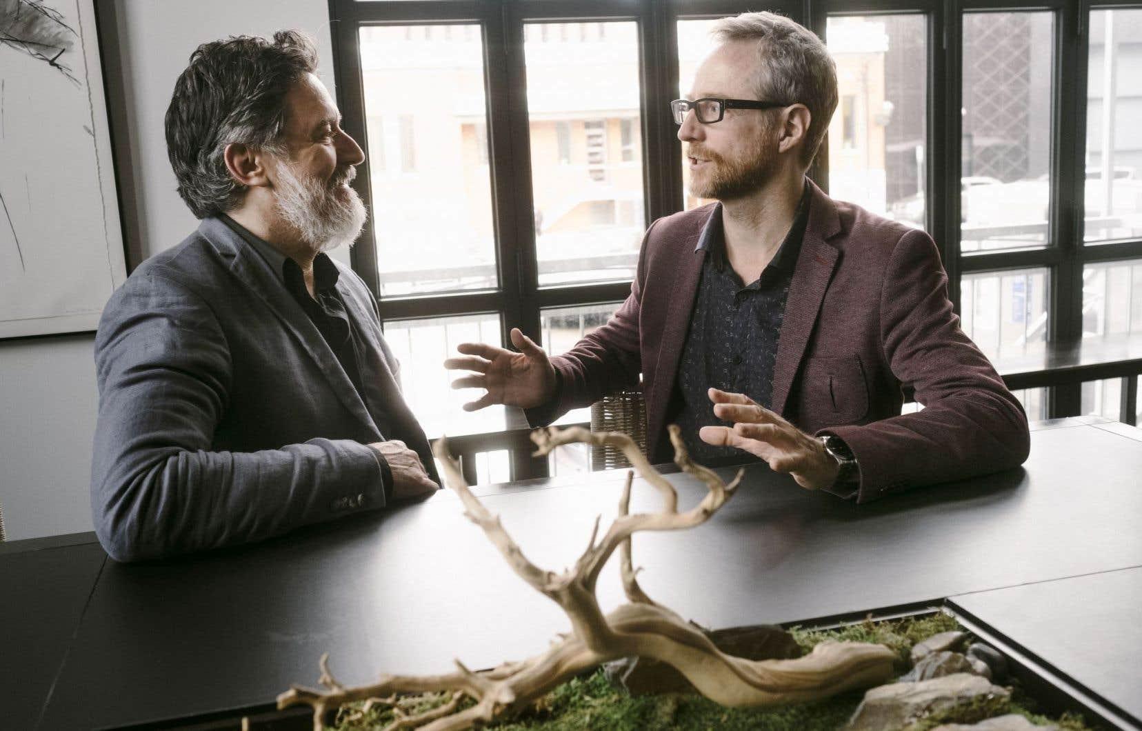 François Papineau et Benoît Pilon échangeant à propos d'«Iqaluit».
