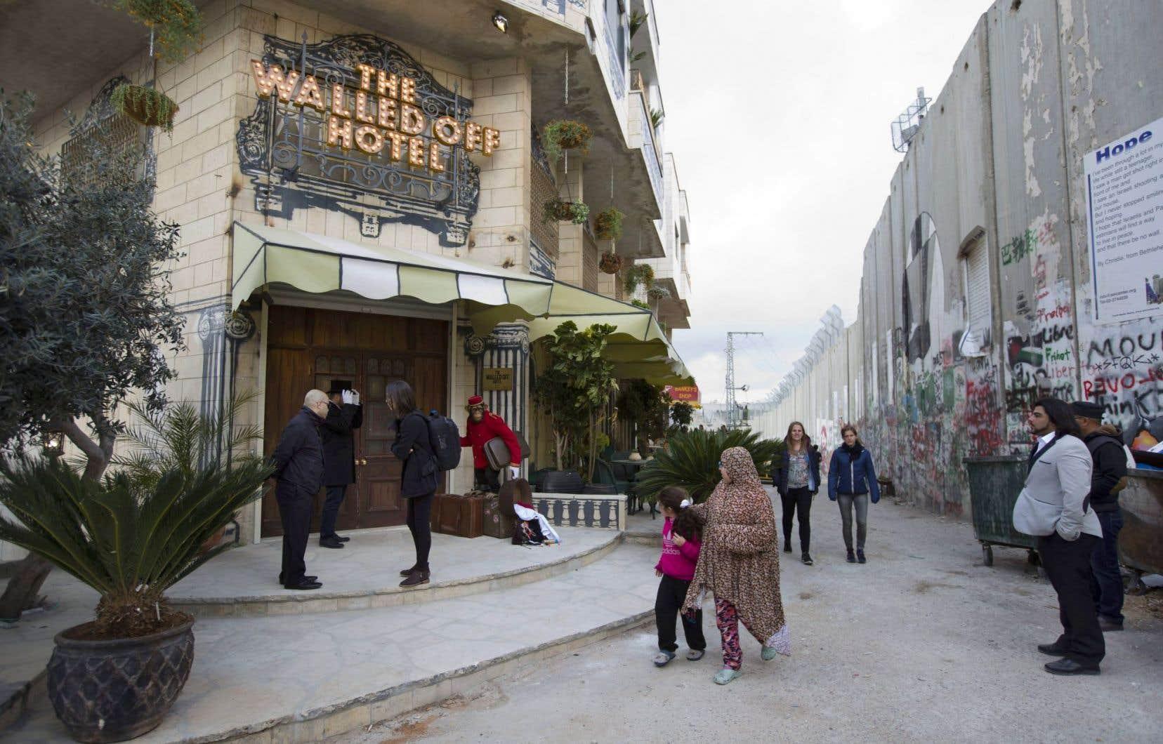L'hôtel Walled Off, le projet fou de l'artiste Banksy, entre Israël et la Palestine, avec le mur de séparation comme décor