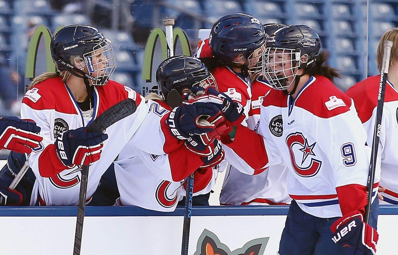 Vainqueur de la coupe Clarkson l'année dernière, l'Inferno de Calgary s'est incliné contre les Canadiennes cette année. Ci-dessus: Kim Deschênes célèbre son premier but en première période contre Boston en décembre 2015.