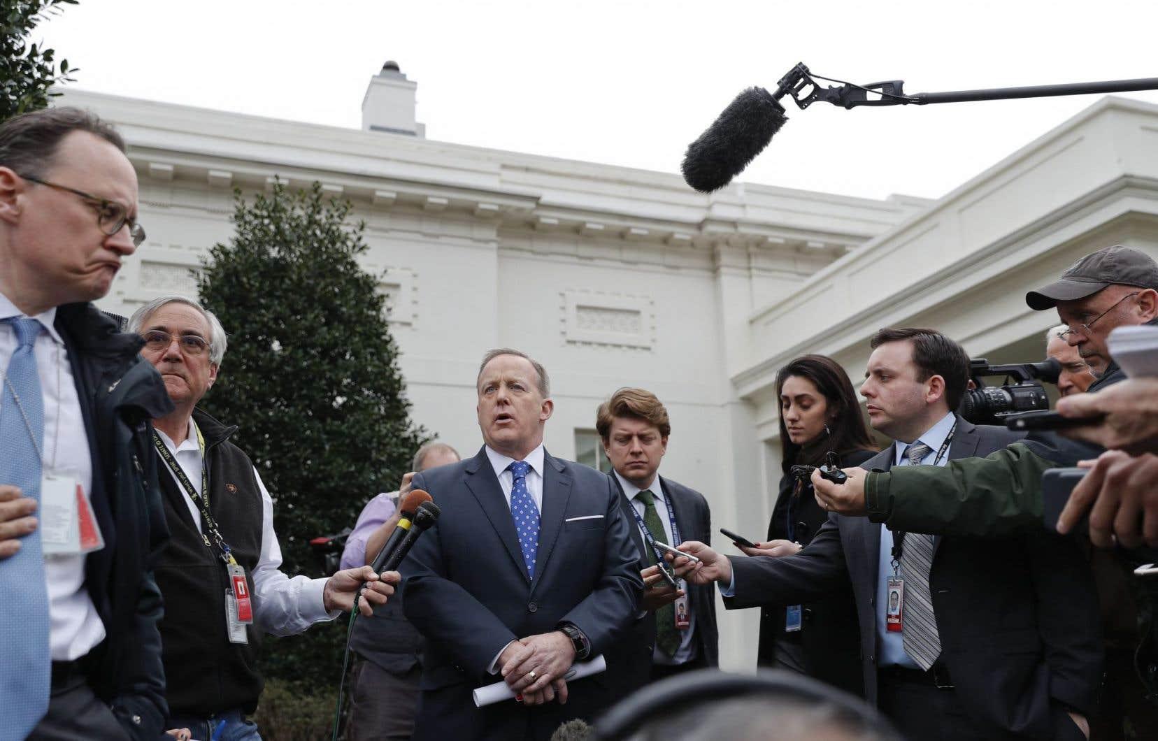 Le porte-parole de l'exécutif, Sean Spicer, s'adresse aux membres des médias à la Maison-Blanche.
