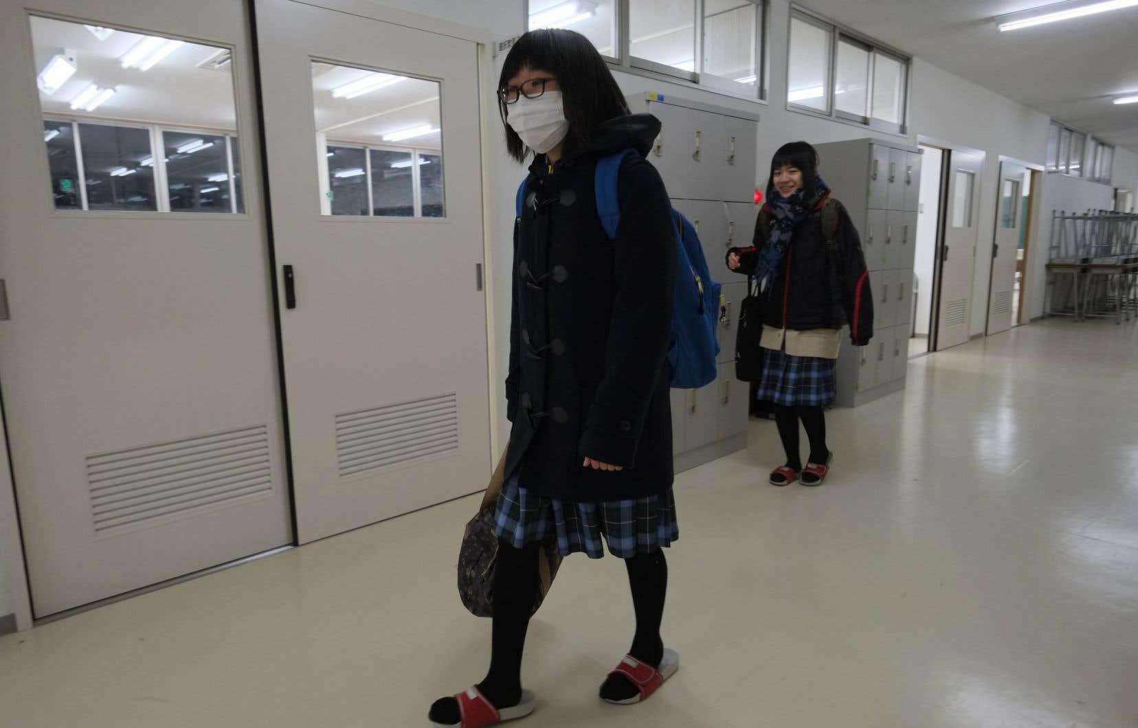 Plusieurs jeunes évacués étudient désormais dans une école spécialement créée pour accueillir des élèves des zones contaminées.