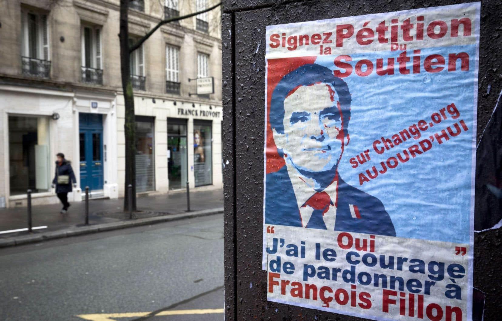 Une affiche des sympathisants de Fillon, à Paris, le 6 mars