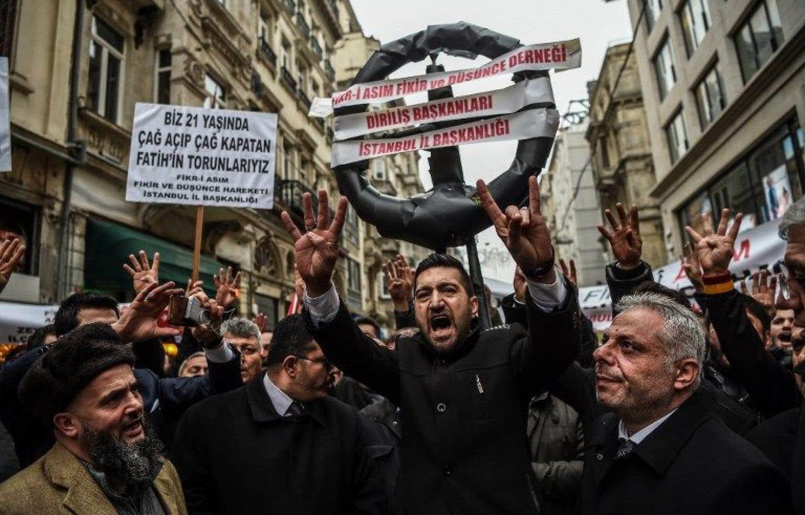 Dans la métropole turque, une cinquantaine de manifestants se sont rassemblés devant le consulat des Pays-Bas pour protester contre la décision de La Haye.