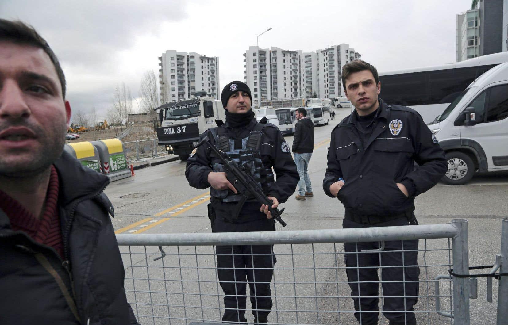 La police turque anti-émeutes est positionnée autour du consulat néerlandais à Istanbul.
