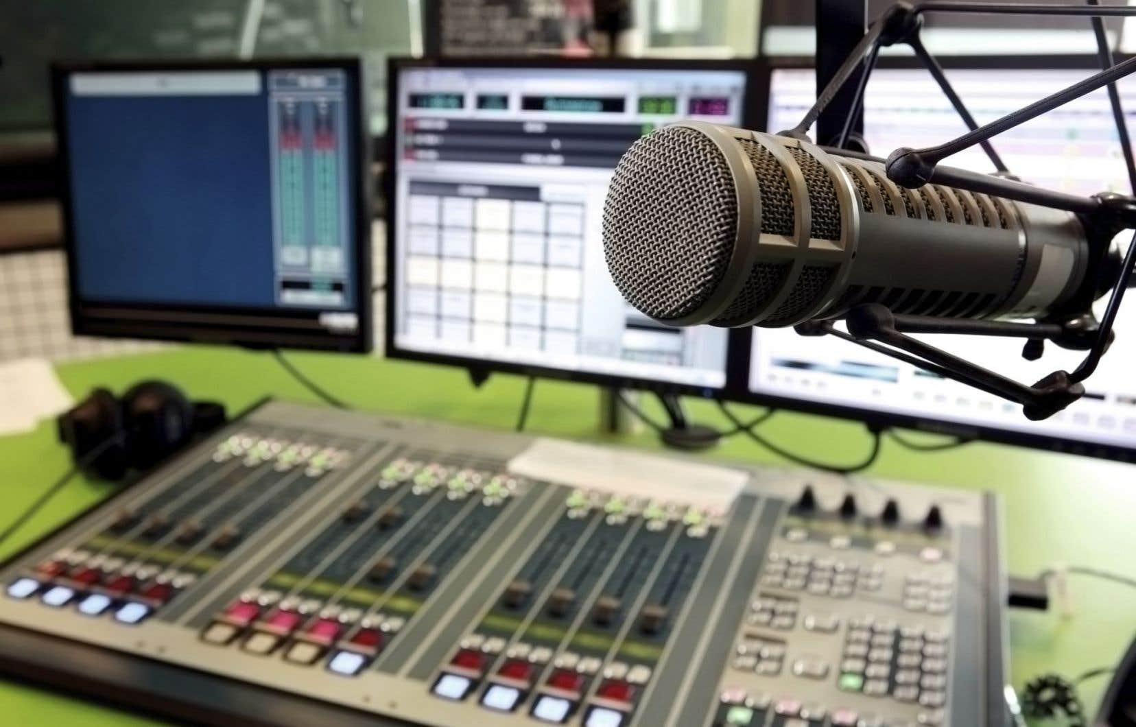Deux initiatives parallèles — et complémentaires — ont vu le jour récemment sous la forme d'applications mobiles pour téléphones et tablettes, qui servent d'agrégateurs de stations de radio.