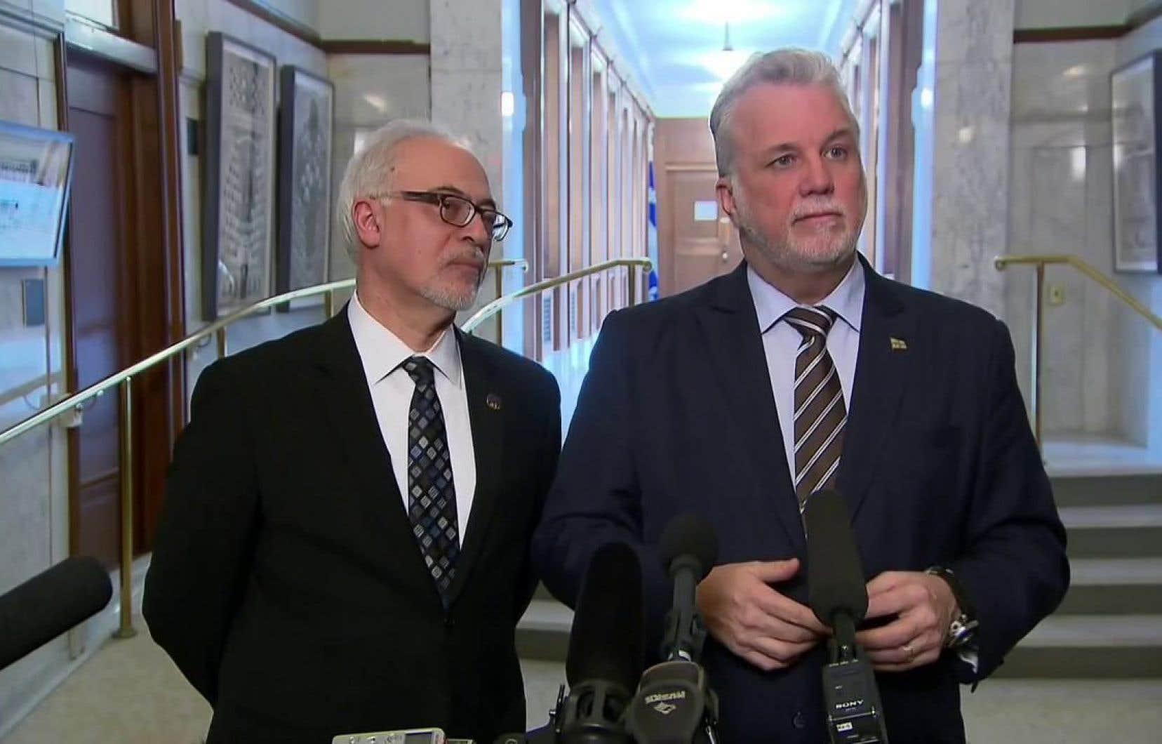 Le premier ministre Philippe Couillard, aux côtés du ministre des Finances Carlos Leitão