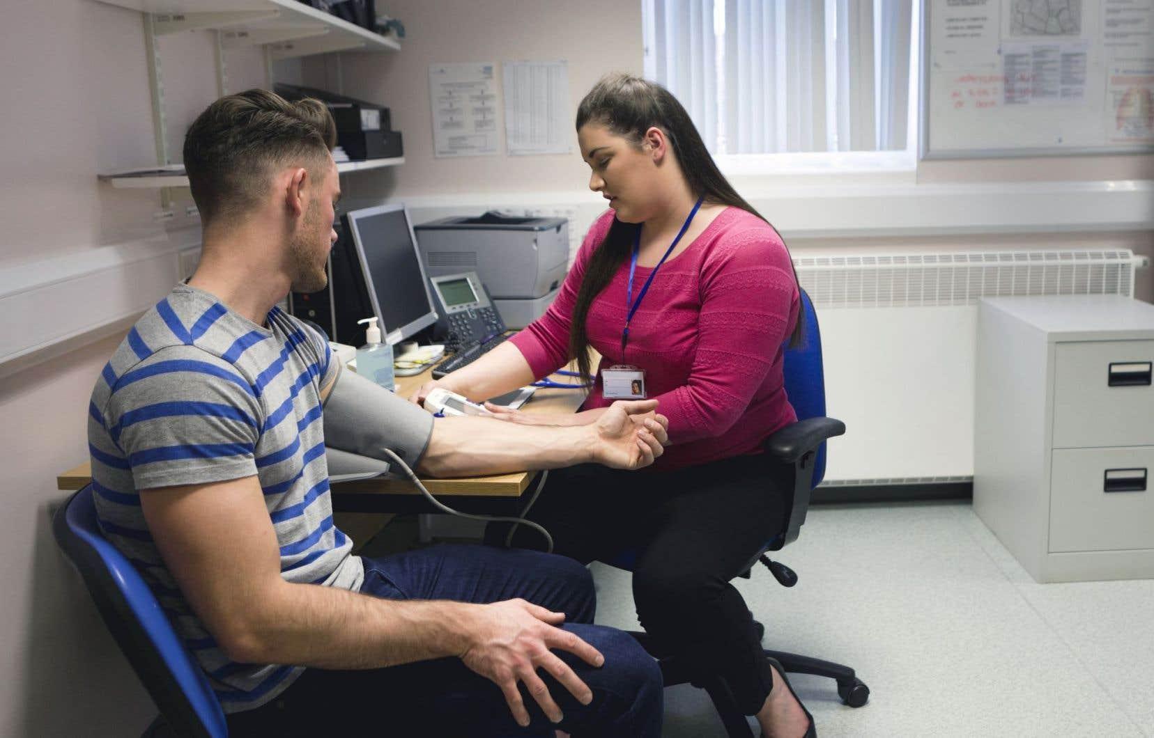 Le MSSS invite les établissements de santé à traiter «correctement» les femmes médecins qui font une demande de congé de maternité.