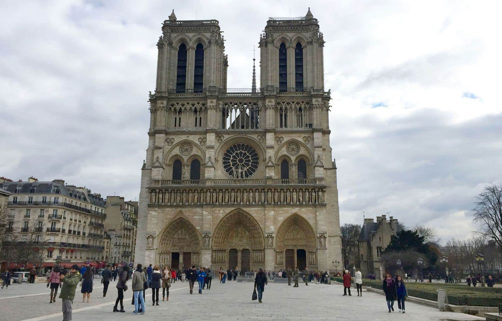 La cathédrale Notre-Dame de Paris, qui a tant inspiré Victor Hugo, est l'un des monuments les plus emblématiques de Paris.
