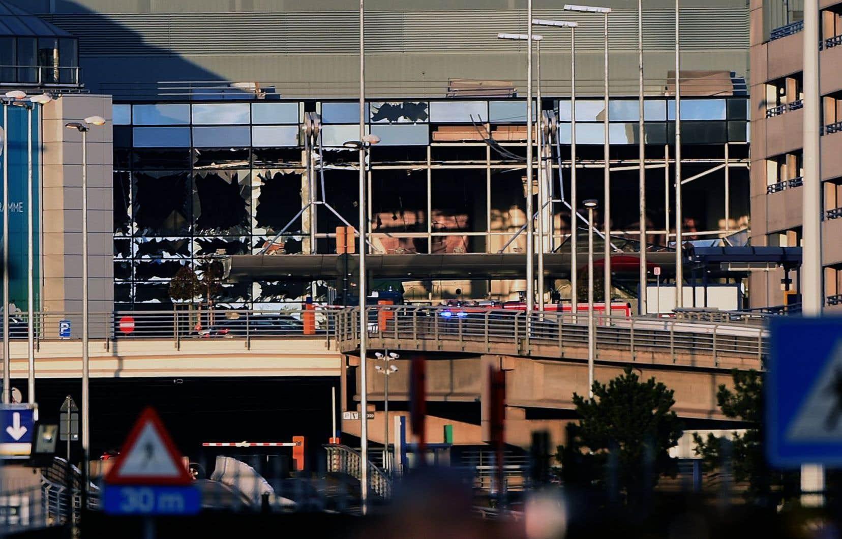 Trente-deux personnes sont décédées le 22 mars 2016, en plus des kamikazes, dans une série d'attentats suicides à la bombe survenus à l'aéroport et dans une station de métro de Bruxelles. 340 personnes ont également été blessées.