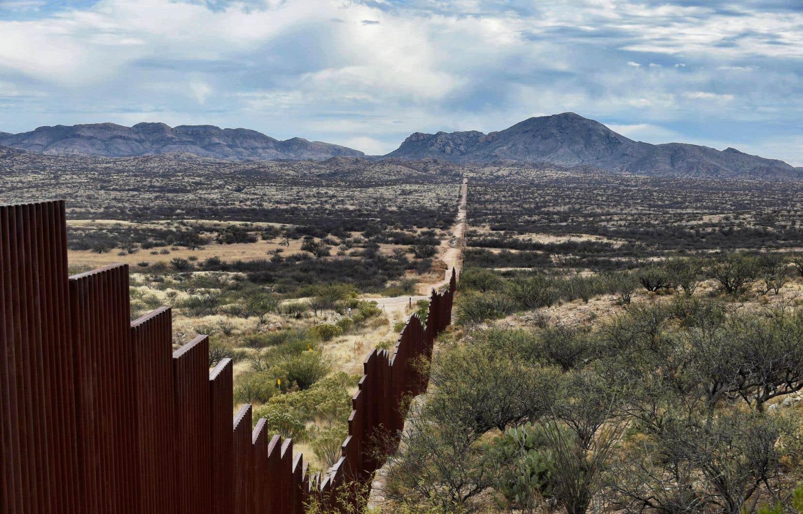 Entre l'État mexicain de Sonora et l'Arizona, la frontière est pour l'heure délimitée par une simple clôture. Ci-dessus, près deSasabe, au Mexique.