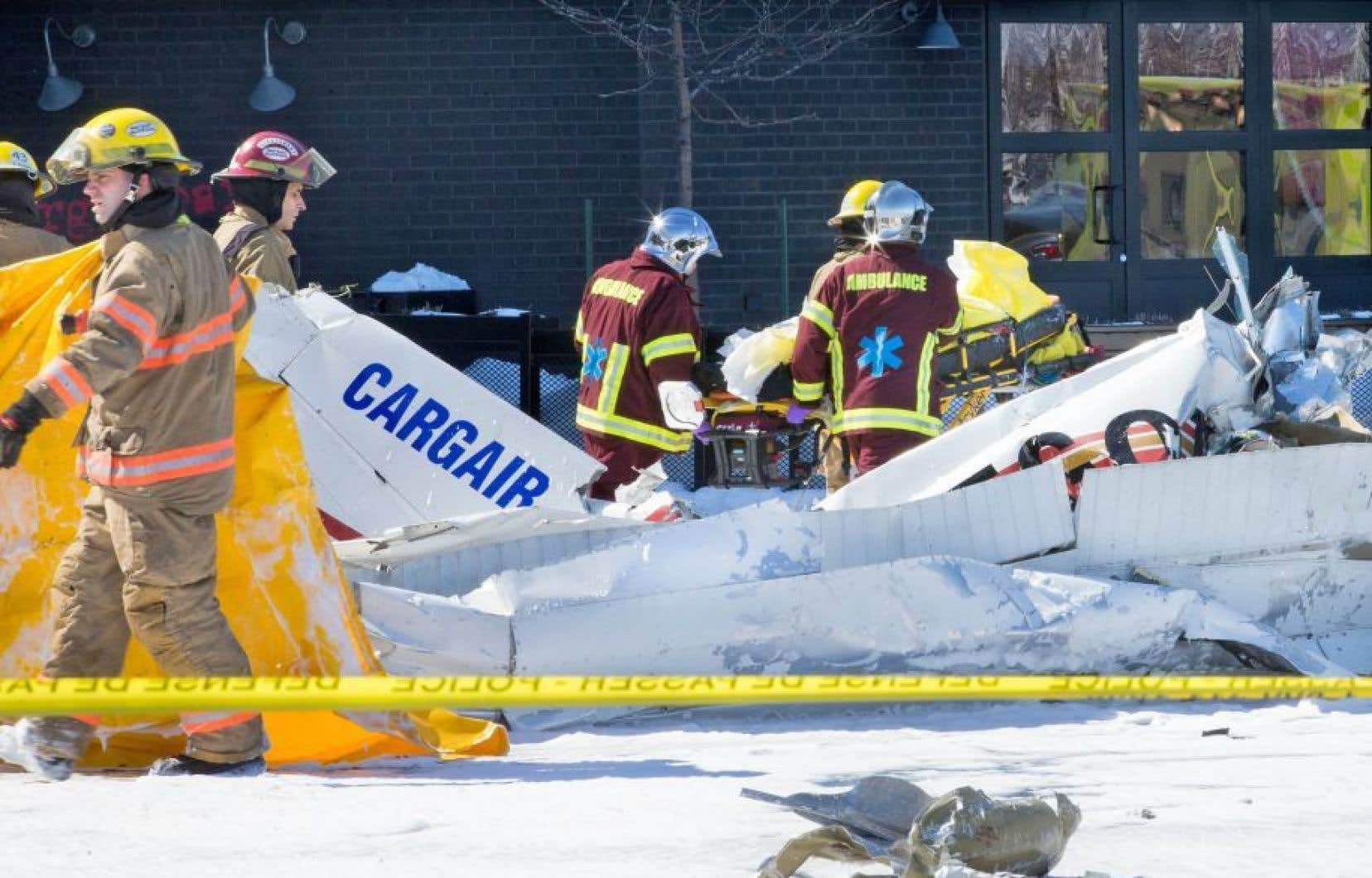 L'un des deux appareils impliqués dans la collision inusitée est tombé à pic dans le stationnement des Promenades Saint-Bruno.