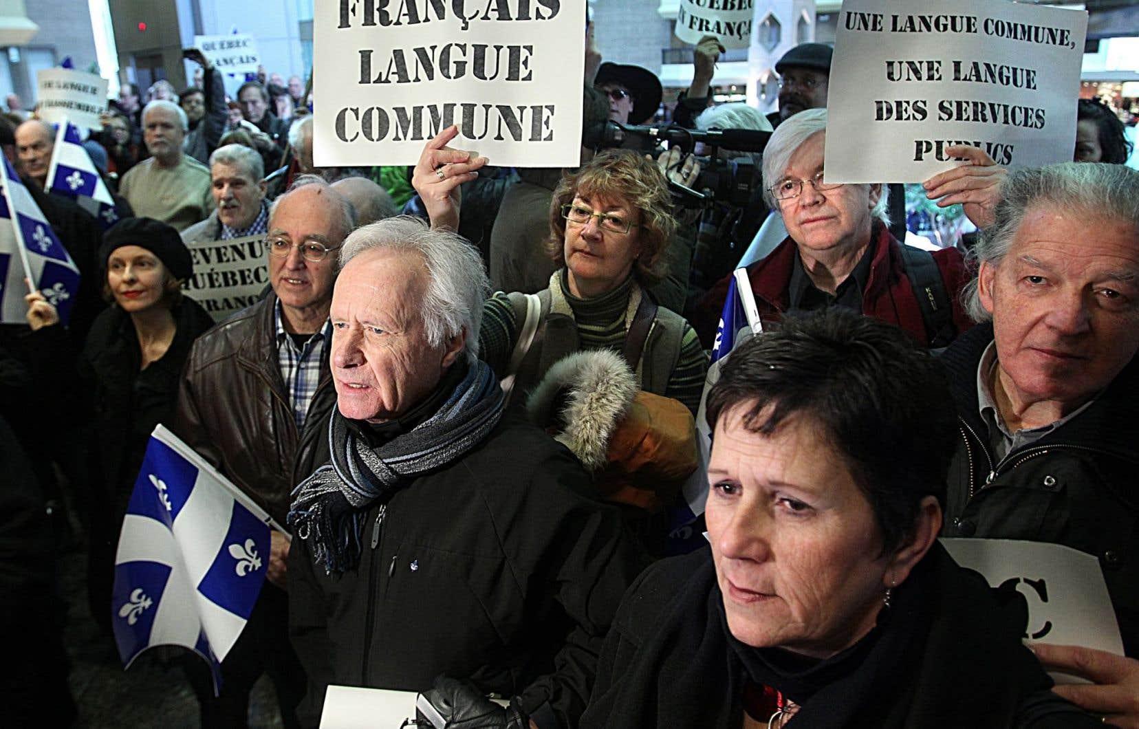 Les auteurs rappellent que, selon la loi101, un employeur ne peut pas exiger la connaissance d'une langue autre que la langue française pour l'accès à un emploi à moins que l'accomplissement de la tâche le «nécessite».