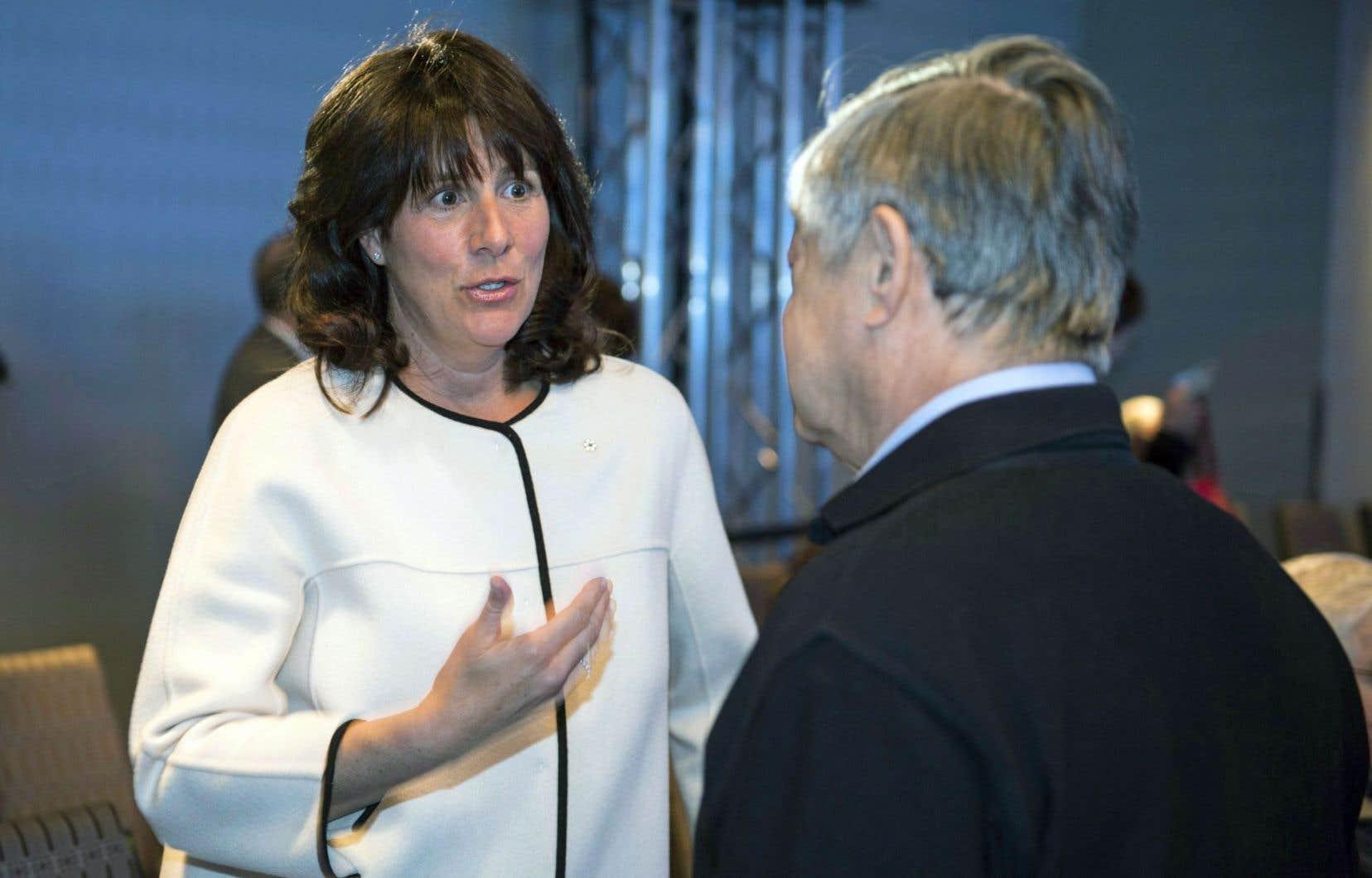 La p.-d.g. de Gaz Métro, Sophie Brochu, en conversation avec un actionnaire lors de l'assemblée annuelle de l'entreprise à Montréal