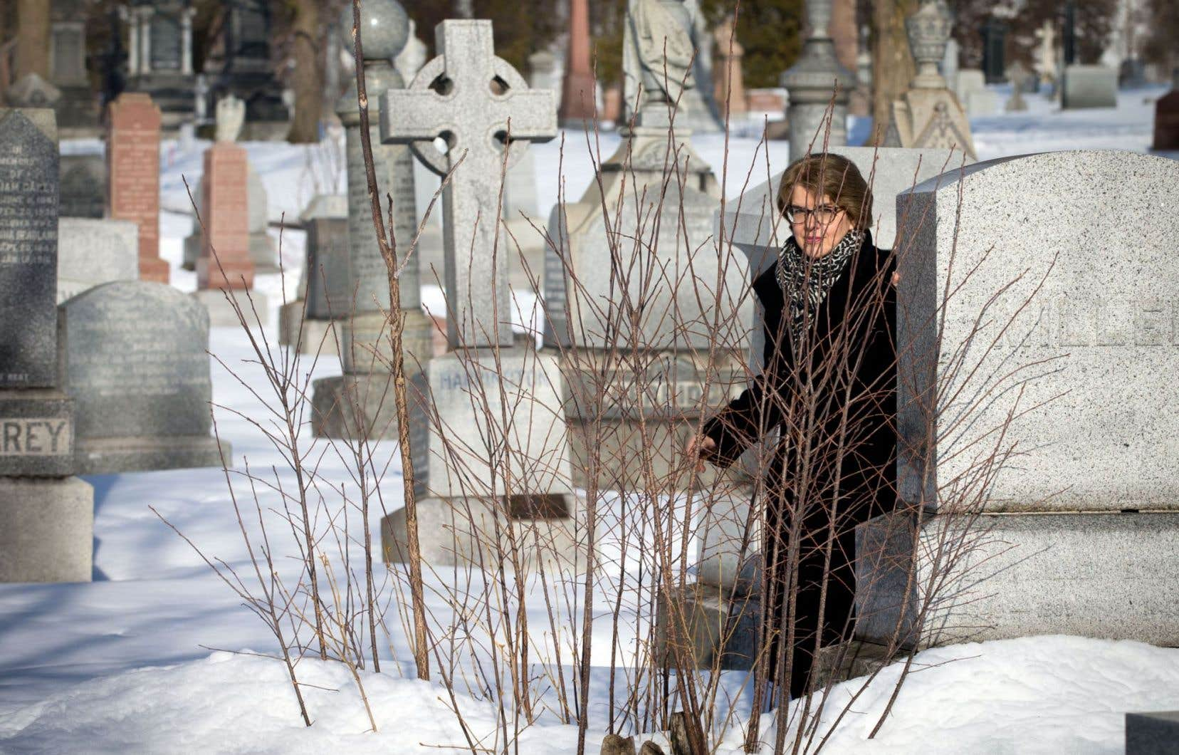 Le circuit littéraire longera le cimetière Notre-Dame-des-Neiges, où l'auteure Chrystine Brouillet (photo) lira un extrait de son livre «Les fiancées de l'enfer», dont une scène s'y déroule. «Comment peut-on faire parler les os?» demande-t-elle.