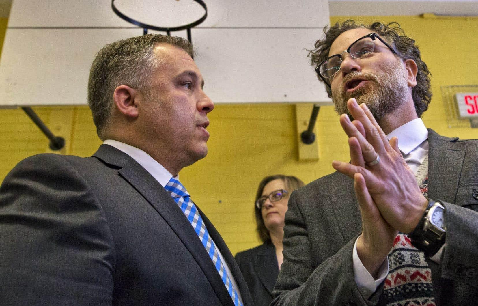 Le ministre Sébastien Proulx a annoncé ces mesures dans une école de Rosemont–Petite-Patrie. À ses côtés, le mairel'arrondissement, François Croteau.
