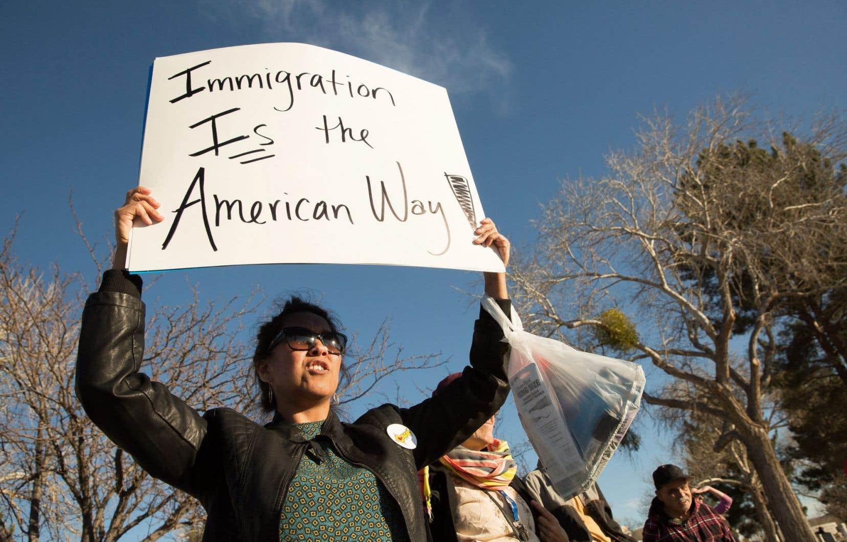 Une jeune femme participe à une manifestation contre les rafles des Services américains de l'Immigration et des douanes à Las Cruces au Nouveau-Mexique, l'État voisin du Texas.