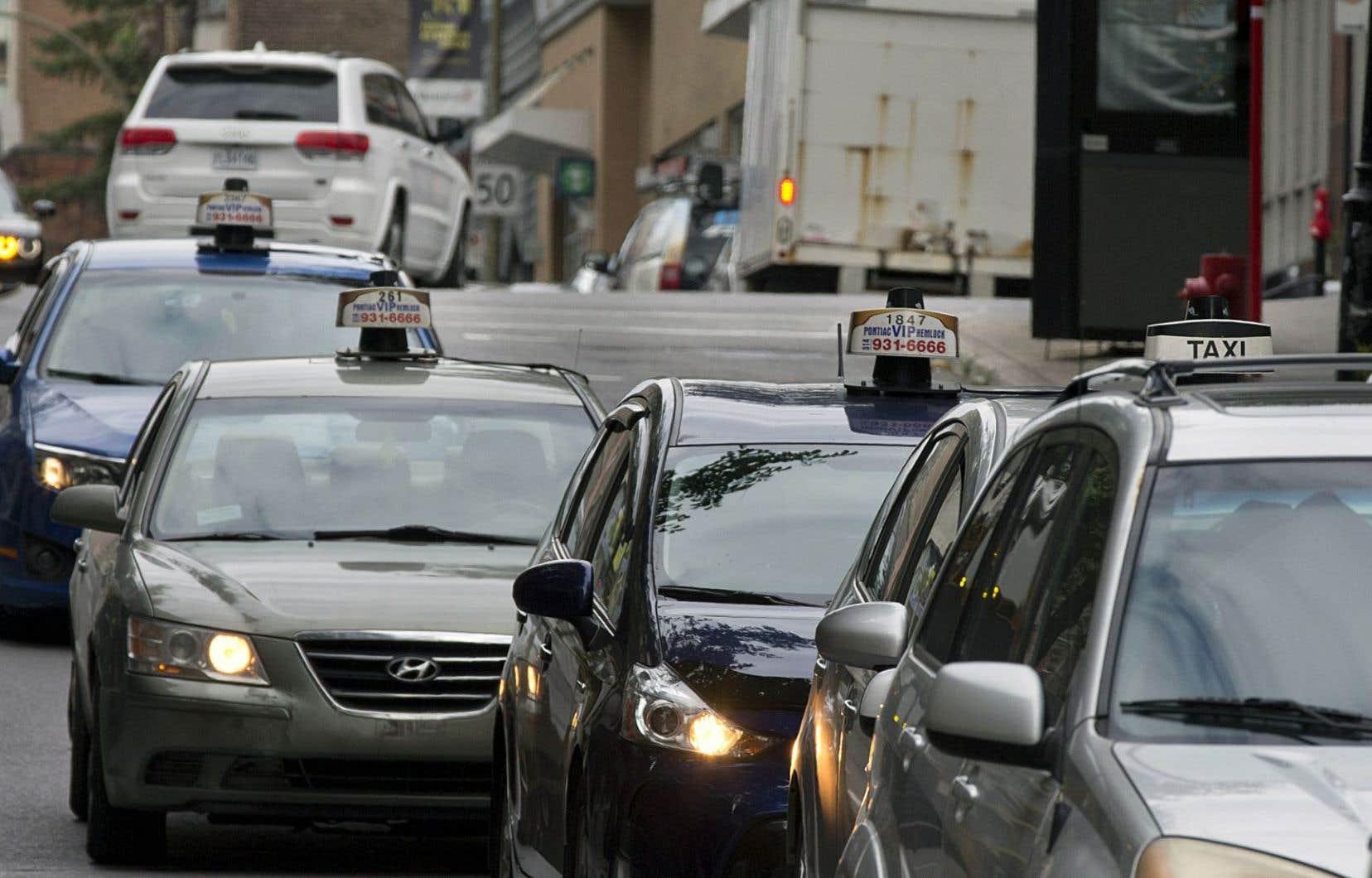 Les chauffeurs de taxi sont en colère; la valeur de leurs permis s'effondre et ils doivent travailler plus pour arriver à gagner leur vie.