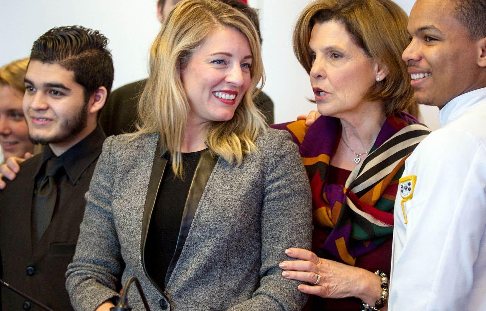 La ministre Mélanie Joly a été accueillie à l'ITHQ par la directrice générale, Liza Frulla, et des étudiants en costume de travail, mardi à Montréal.