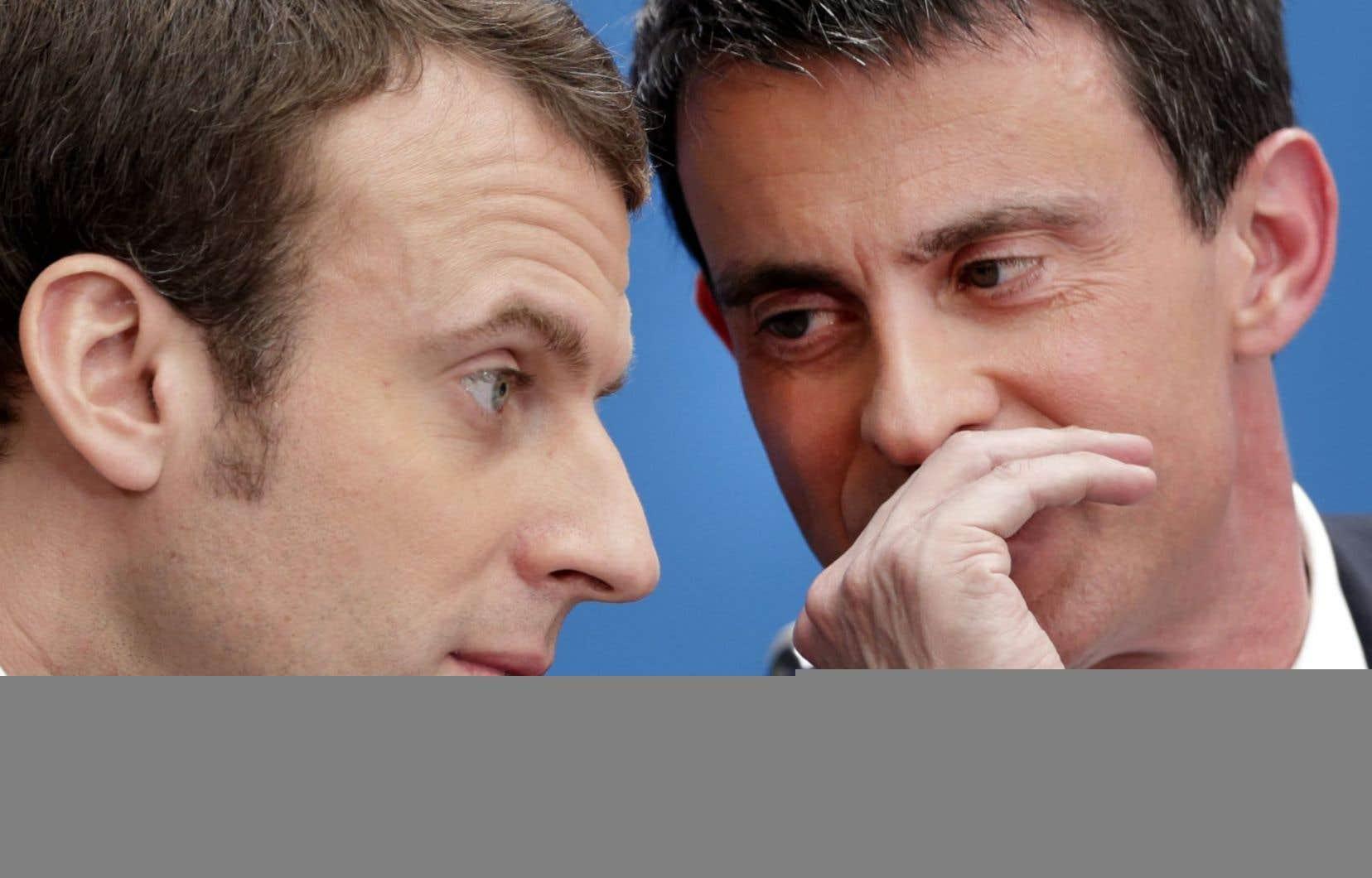 L'ex-premier ministre socialiste Manuel Valls (à droite) a annoncé mercredi qu'il voterait pour le centriste Emmanuel Macron.