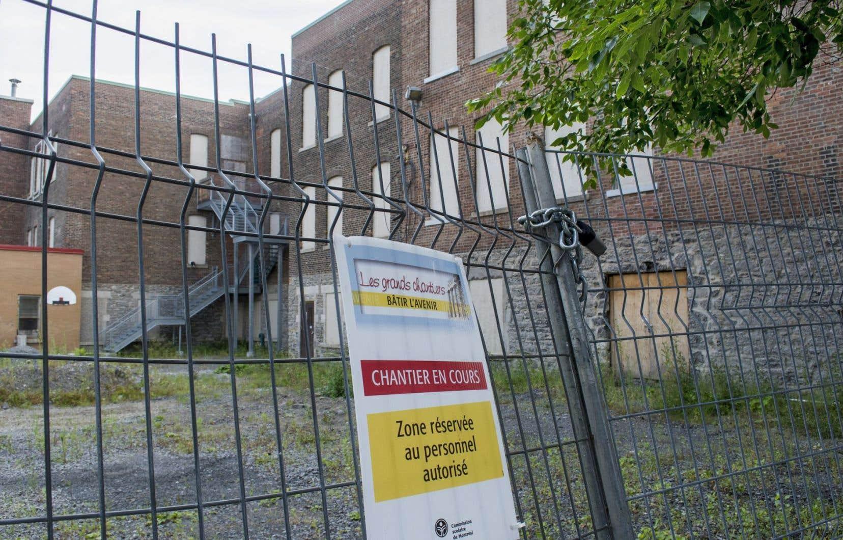 Les syndicats estiment que des investissements plus importants devraient être faits en priorité. À titre d'exemple, laFédération autonome de l'enseignement a cité le cas de certaines écoles à Montréal.