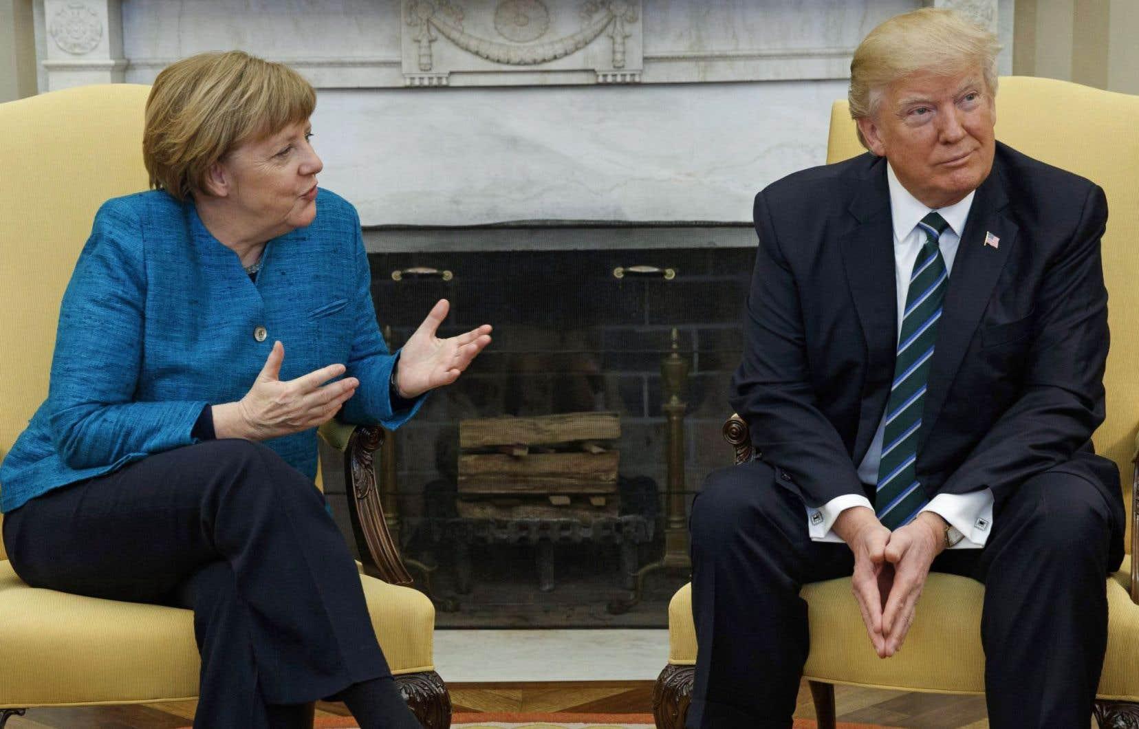 Le président américain a ignoré la poignée de main proposée par Angela Merkel, à la Maison-Blanche, le 18 mars dernier.