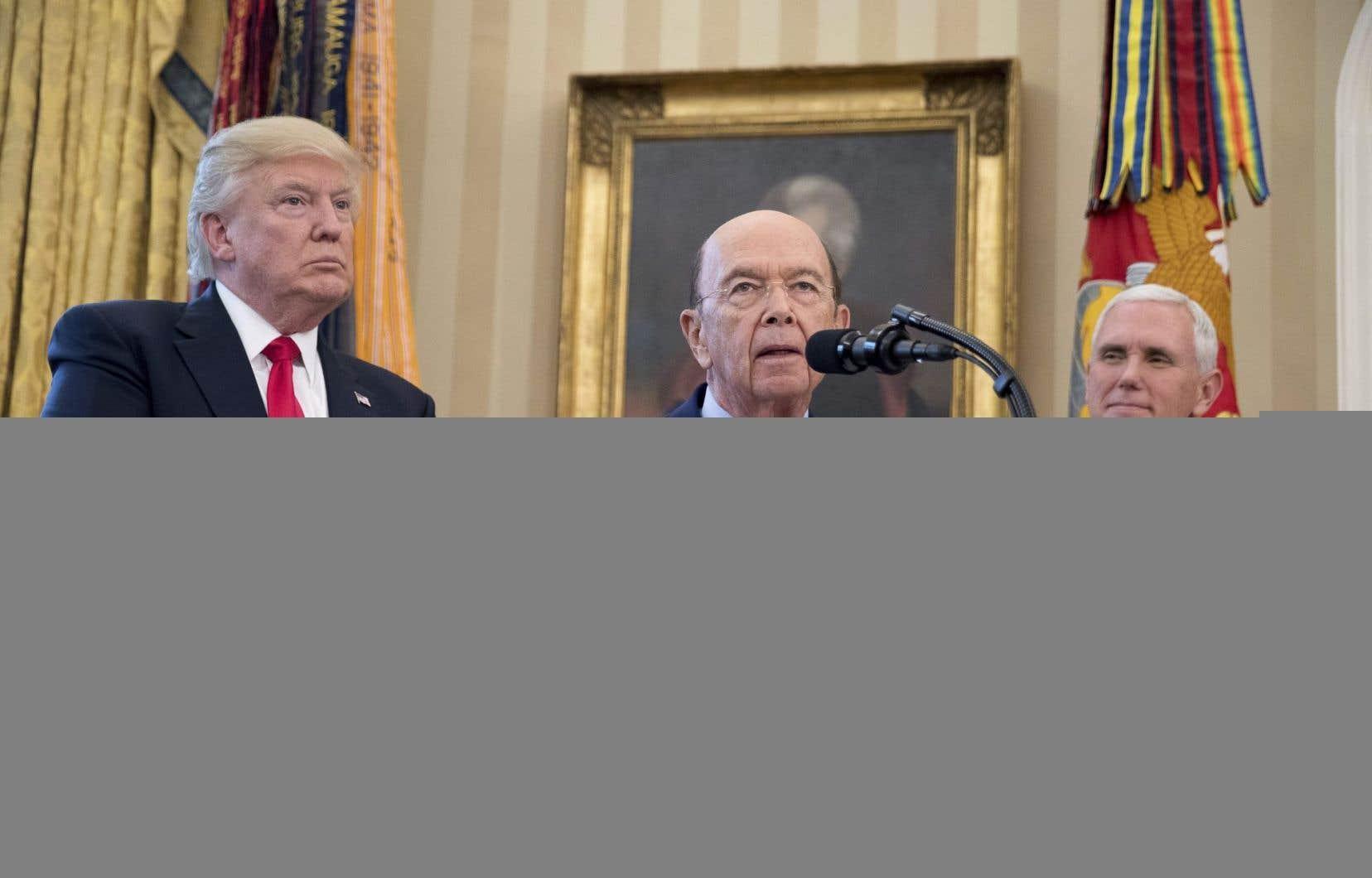Le président des États-Unis en compagnie du secrétaire au Commerce, Wilbur Ross, et du vice-président, Mike Pence, à la Maison-Blanche