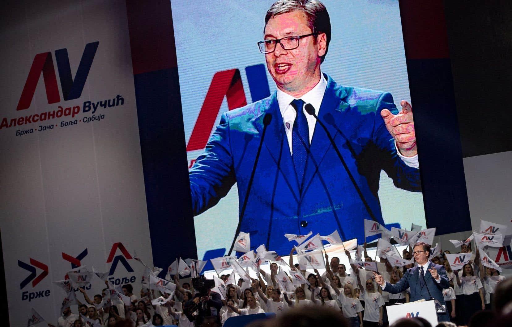 Aleksandar Vucic s'adressant à la foule lors d'un rassemblement partisan le 24 mars dernier