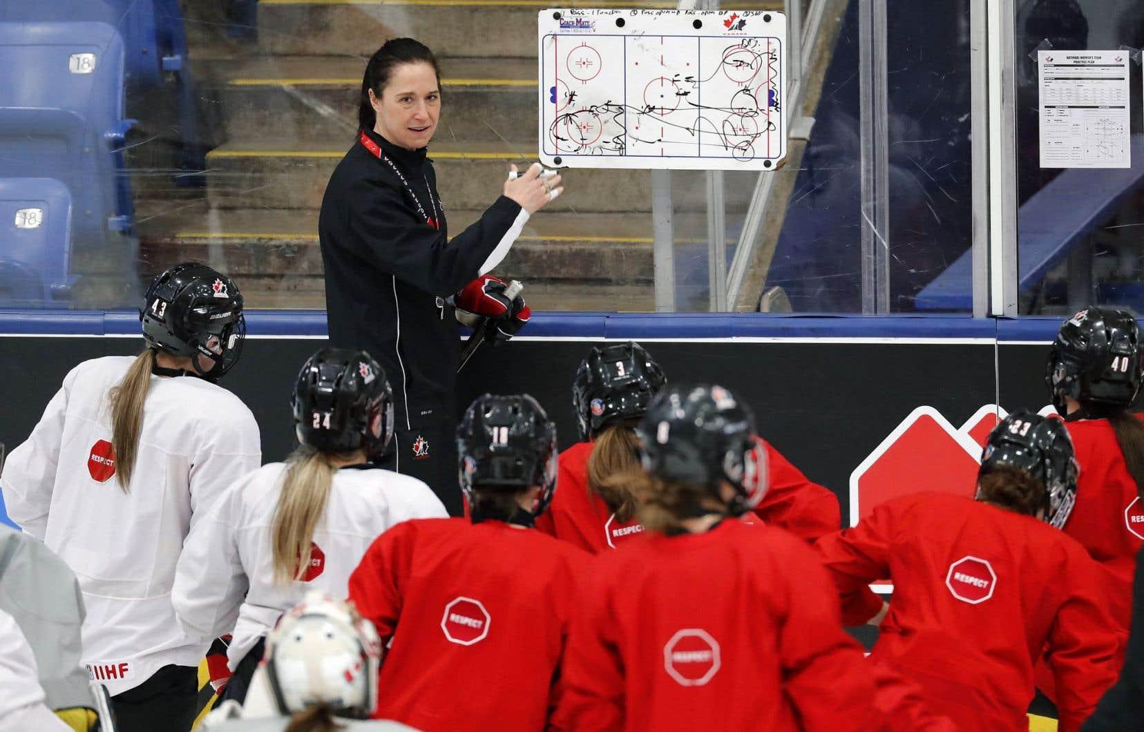 La coach principale Laura Schuler et les joueuses canadiennes lors d'une séance de préparation au championnat.