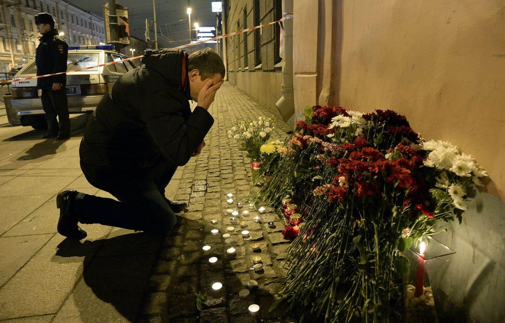 Un homme se recueillait lundi devant la station Tekhnologuitcheski Institout, à proximité de l'endroit où l'explosion est survenue.