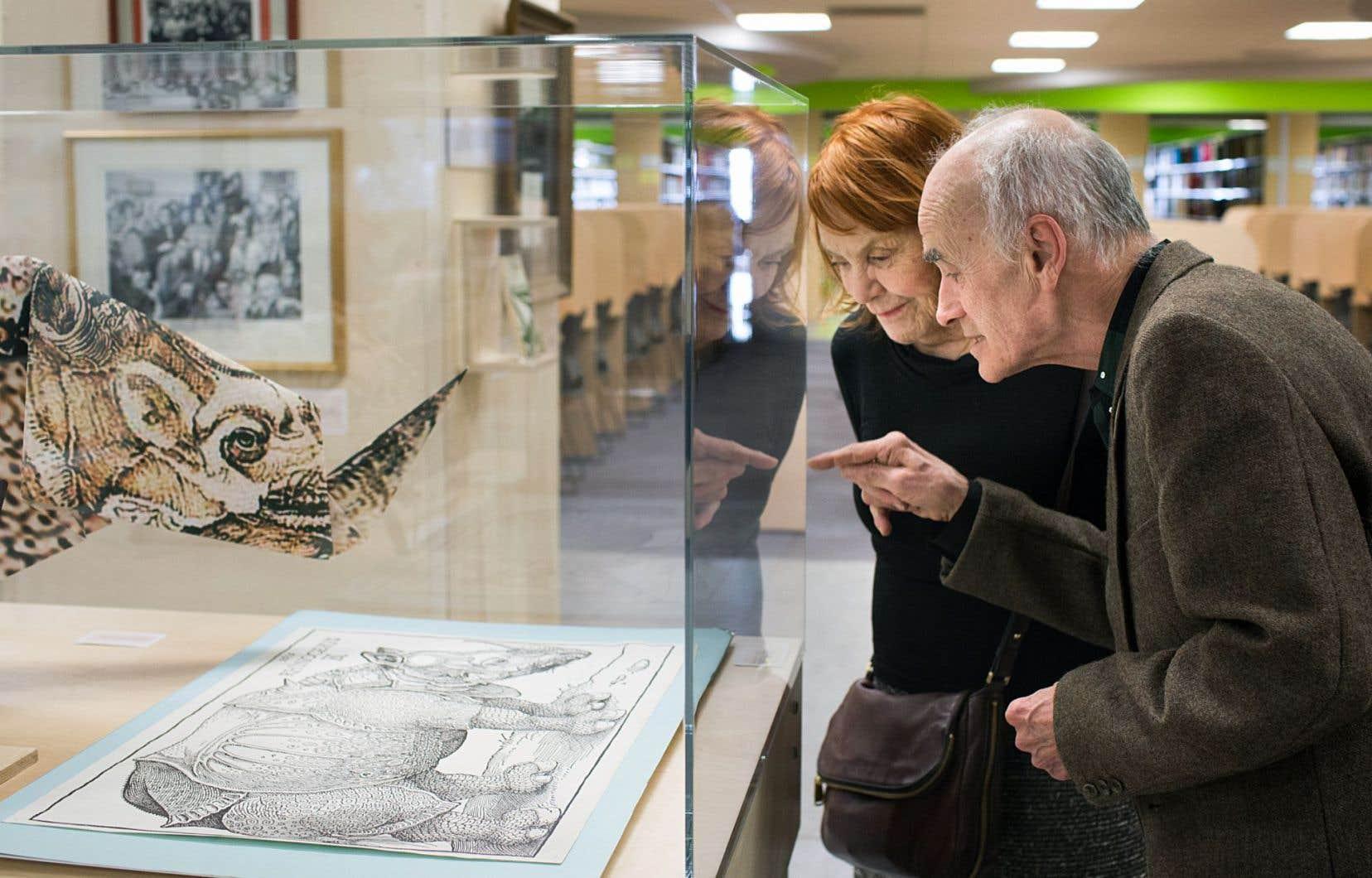 Le collectionneur Gaétan Dostie et l'artiste Françoise Sullivan au vernissage de l'exposition consacrée à l'univers du fondateur de la Médiathèque qui porte son nom.